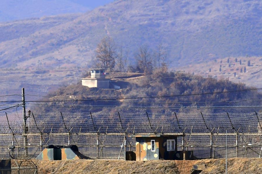 CNN的分析稱,無論是美國總統特朗普、北韓獨裁者金正恩,還是他們各自的顧問們都意識到了67年前那場北韓戰爭的巨大代價。圖為從南韓方眺望兩韓非軍事區內的哨崗,攝於2017年2月12日。(JUNG YEON-JE/AFP/Getty Images)
