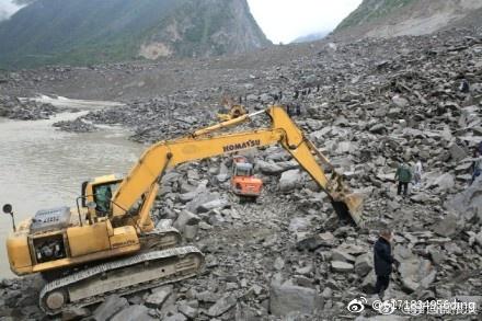 四川茂縣疊溪鎮新磨村山體垮塌,已發現5名遇難者遺體。(微博)