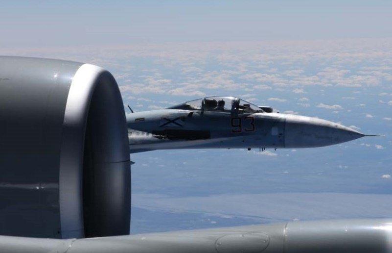 星期五(6月23日),美軍歐洲司令部發佈一張令人震驚的照片顯示,周一,俄羅斯戰鬥機近距離靠近美國空軍偵察機,距離不足5英尺。(美軍歐洲司令部推特)
