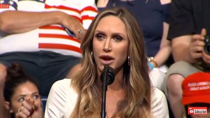 近日,美國總統特朗普在艾奧瓦州舉行集會演講,他的二兒媳勞拉(圖)也上台獻辭。(視像擷圖)