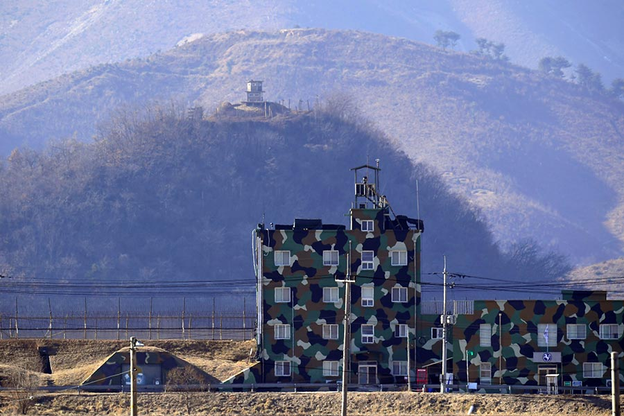 圖為兩韓非軍事區內的哨崗,下方建築物位於南韓,上方為北韓山頭。(JUNG YEON-JE/AFP/Getty Images)