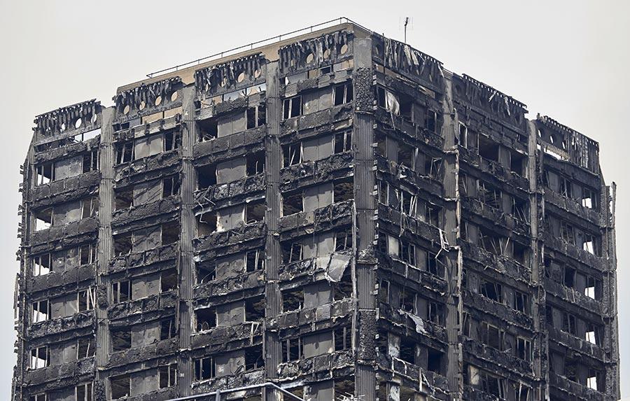 英國倫敦住宅大樓格倫費爾大廈14日凌晨慘遭惡火吞噬,奪走79條人命。(AFP PHOTO / NIKLAS HALLE'N)