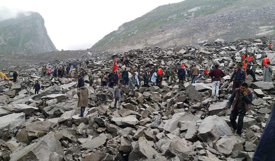 據官方消息,在四川茂縣山體滑坡事件中,目前至少已有25人遇難,仍有93人失聯。外界關注,事件或與2008年汶川大地震有關。圖為茂縣山體垮塌現場。(STR/AFP/Getty Images)