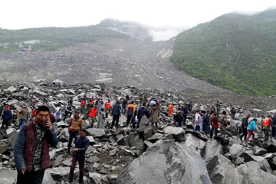 6月24日,四川阿壩州茂縣疊溪鎮新磨村發生山體垮塌,造成62戶被埋。(STR/AFP/Getty Images)