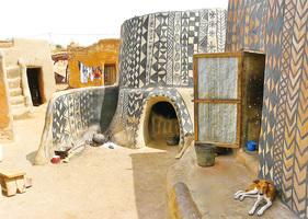 這個非洲小村莊 每座房子都是藝術品