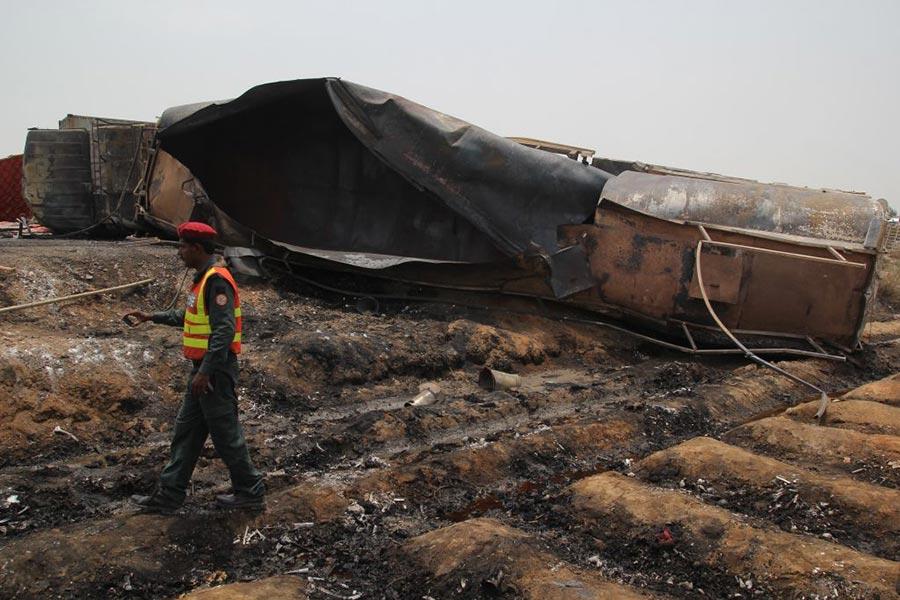 6月25日,巴基斯坦一輛油罐車在旁遮普省(Punjab)巴哈瓦普市(Bahawalpur)發生側翻後起火,造成至少135人死亡,逾百人受傷。(SS MIRZA/AFP/Getty Images)