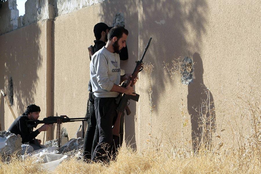 美國支持的敘利亞民主力量在拉卡攻擊伊斯蘭武裝份子(IS)的戰鬥,取得進一步進展,從IS手中奪回了拉卡的一個名為al-Qadisia的地區。(MOHAMMED ABDUL AZIZ/AFP/Getty Images)