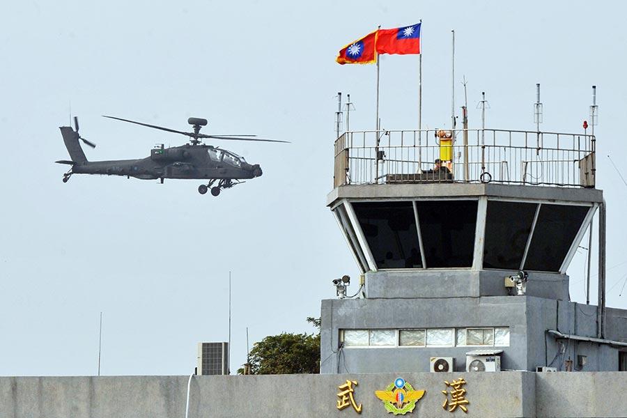 圖為台灣軍方一架美國製造的阿帕奇直升機。圖片攝於2013年12月13日。(Mandy Cheng/AFP/Getty Images)