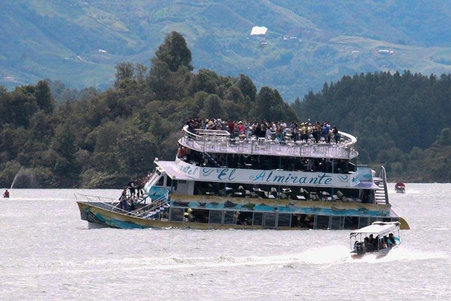哥倫比亞一艘載有最少150名乘客的4層觀光船周日(25日)在當地一個旅遊水庫中發生沉沒意外。圖為肇事的觀光船。(JUAN QUIROZ/AFP/Getty Images)