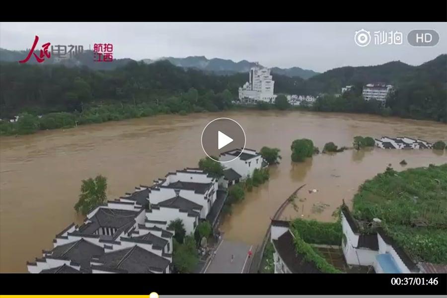 近日,大陸南方持續暴雨,湖南642座水庫溢洪,湖南、江西均發生塌方滑坡事故,造成至少10人死,7人失蹤。另外,四川茂縣山體垮塌致25死93失聯。未來,南方暴雨仍將持續。圖為江西婺源因暴雨遭「洪水圍城」 。(視像擷圖)