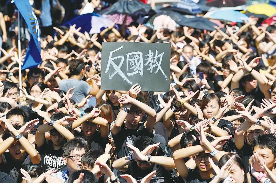 2012年,8,000大專生集會 抗議香港政府推行洗腦式國民教育。(宋碧龍/大紀元)
