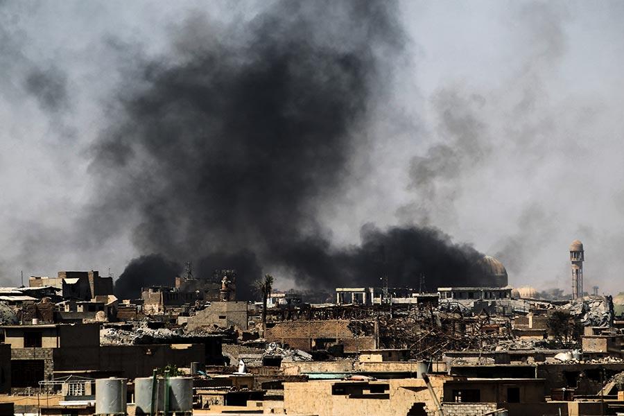 IS武裝份子在摩蘇爾控制的地區已經縮小到500平方米,但有大量平民被困在IS控制地區。伊拉克部隊每向前推進100米,就有約1500人逃離。(AHMAD AL-RUBAYE/AFP/Getty Images)