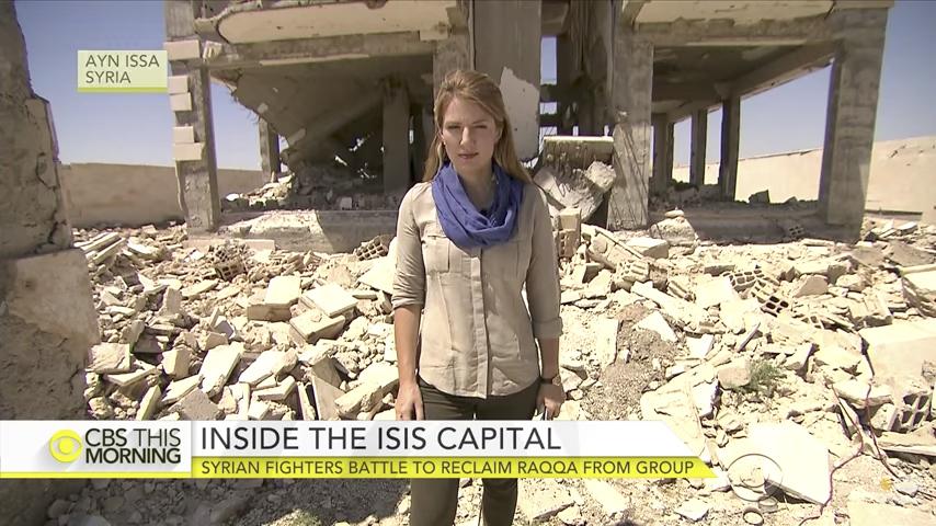 CBS記者威廉斯(Holly Williams)和她的團隊是第一個進入拉卡進行報道的美國電視團隊。(視像擷圖)
