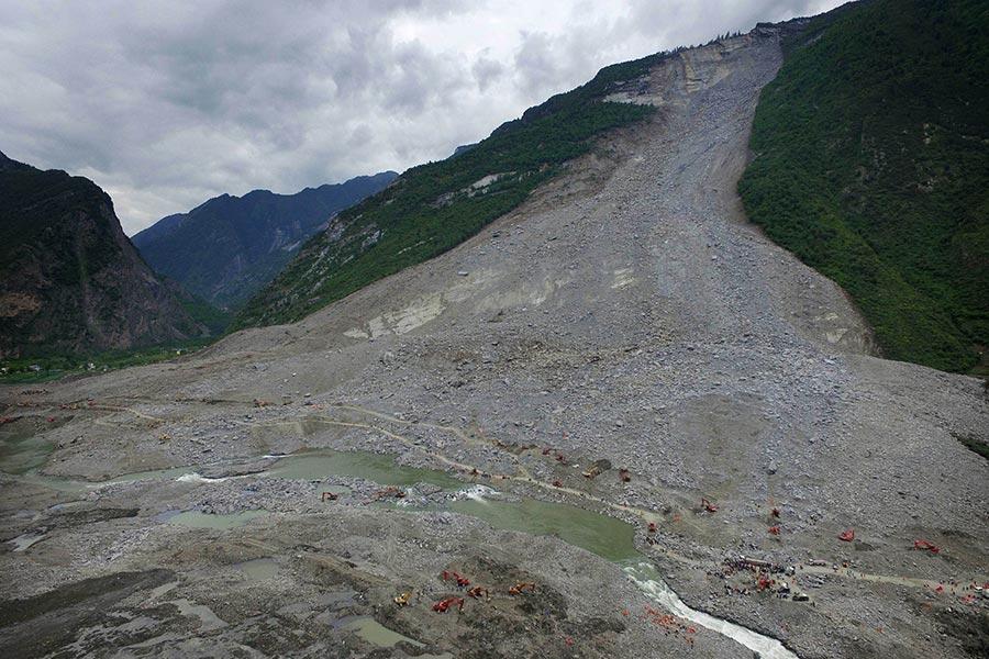 四川省茂縣疊溪鎮新磨村突發山體高位垮塌,全村被埋。(STR/AFP/Getty Images)
