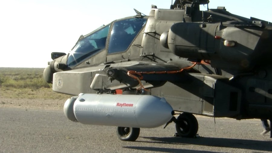 阿帕奇的機身一側裝載高能量激光炮。(雷神公司視像擷圖)