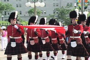 慶祝加拿大建國150周年 英女皇邀加衛隊站崗