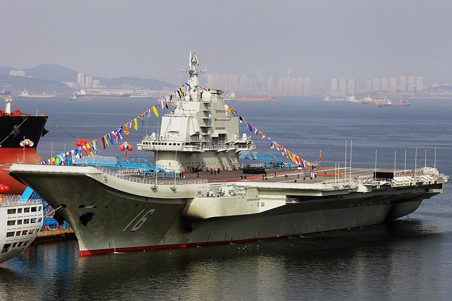圖為2012年9月24日,遼寧號交給軍方後停泊在大連。(STR/AFP/Getty Images)