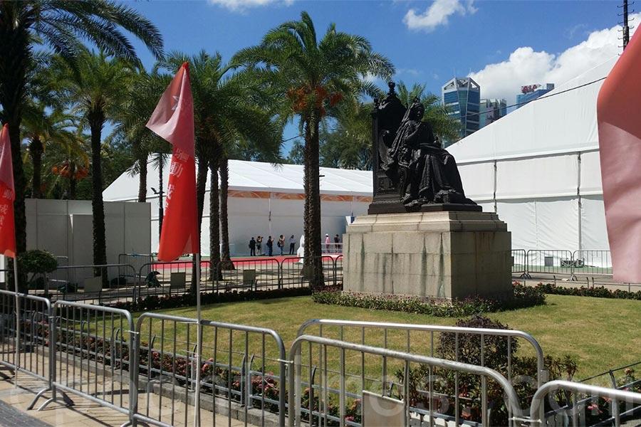 據本報記者今日現場觀察,昨日在維多利亞女皇銅像前的充氣橫額及圍板已被移除,銅像周圍有鐵馬圍欄。銅像的背後有展覽活動佈景板。(宋碧龍/大紀元)