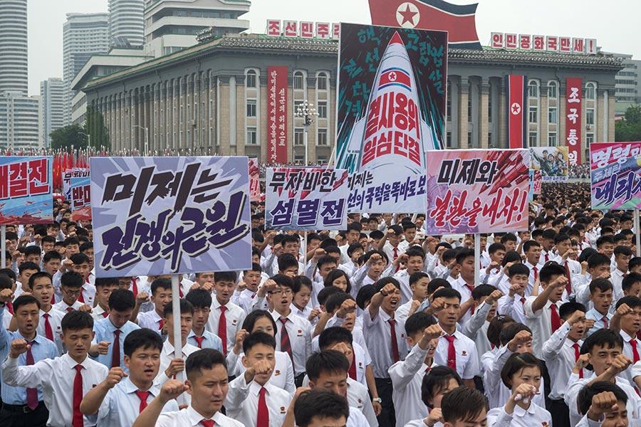 每一年,都有數百名美國人付錢去北韓旅行。圖為北韓民眾參加今年6月25日在平壤金日成廣場舉行一次大型活動。(KIM WON-JIN/AFP/Getty Images)