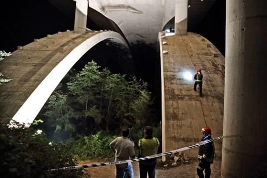 法官表示,西班牙笨豬跳教練因為英語水平太差,導致一名荷蘭少女在繩子未繫好之前,從橋上跳下,直墮40米乾涸河床,當場身亡。圖為意外現場。(視像擷圖)