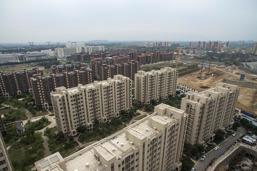 圖為北京市外圍的一處住宅發展區,攝於2017年6月13日。(FRED DUFOUR/AFP/Getty Images)