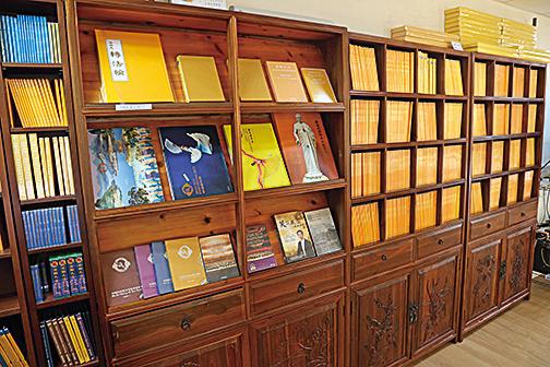 法輪功書籍被翻譯成數十種語言,在全球發行。其中香港是大陸民眾購買法輪功書籍的熱門地點。
