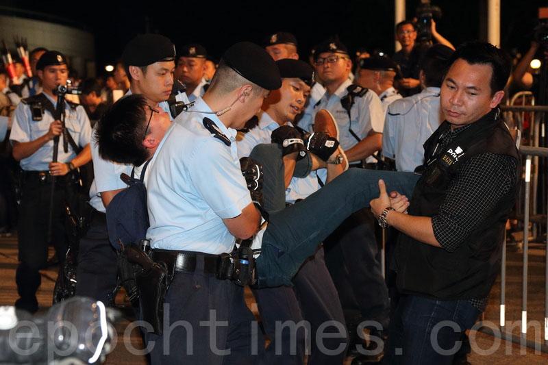 警方於8點半開始清場,圖為黃之鋒被帶走。(李逸/大紀元)
