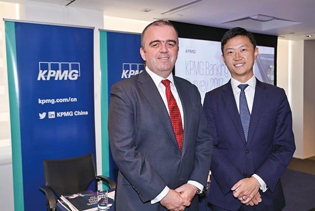 左起畢馬威香港銀行主管合夥人馬紹輝、畢馬威金融服務合夥人李曉峰。(余鋼/大紀元)