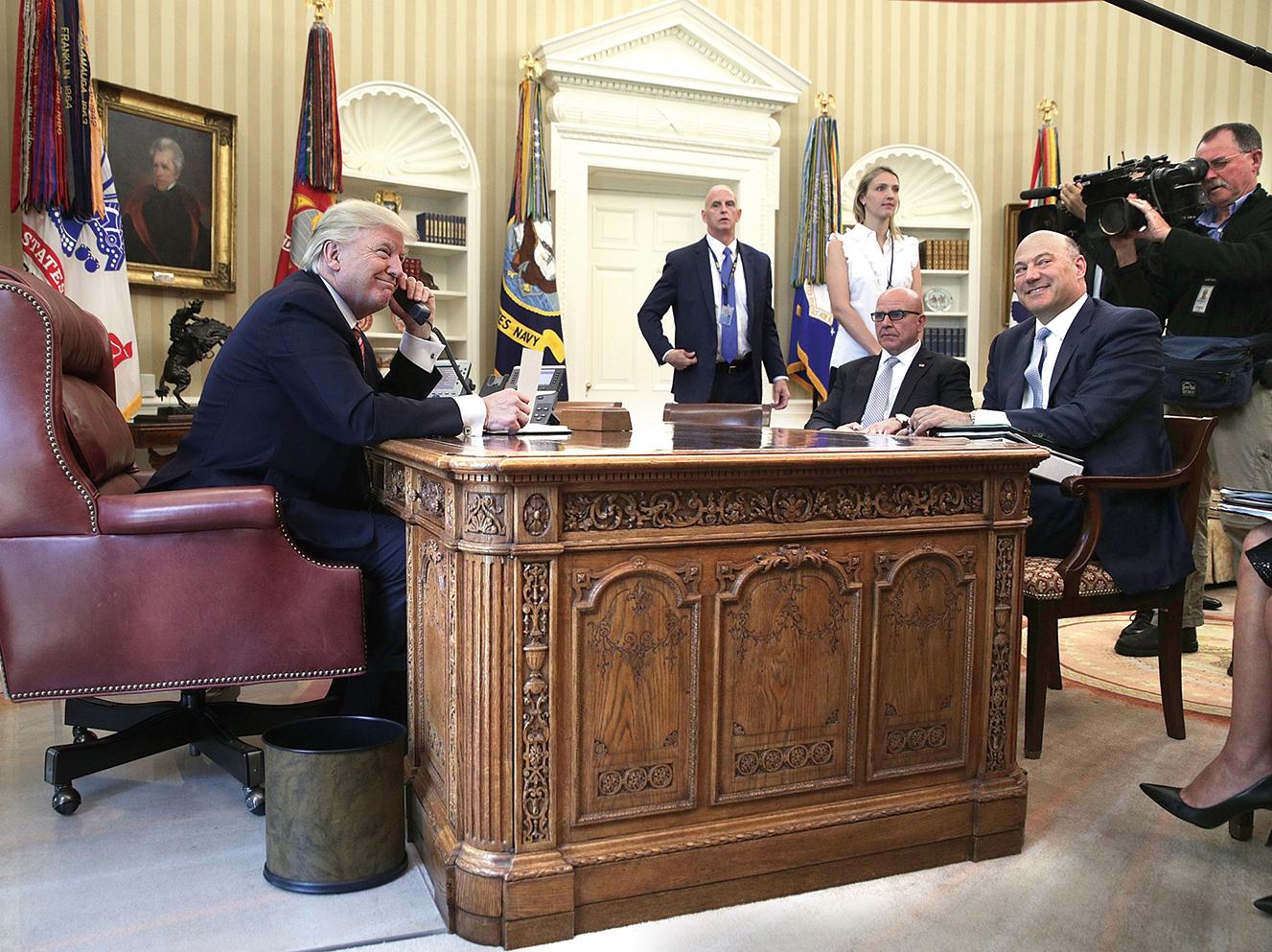 包括CNN在內的一些美國媒體,曾多次報道稱特朗普白宮團隊陷入混亂之中,不過目前為止,特朗普的行政團隊看起來運作良好。圖為特朗普27日在橢圓形辦公室和外國領袖通話。(Getty Images)