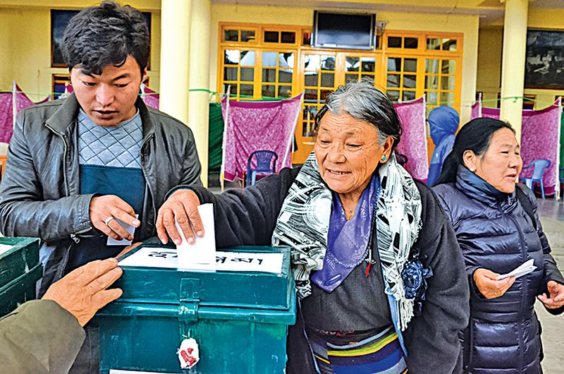 流亡藏人在印度達蘭薩拉大昭寺投票。(RFA)