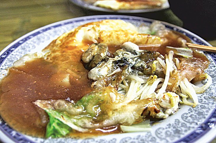 蚵仔煎是台灣夜市最道地的特色小吃。