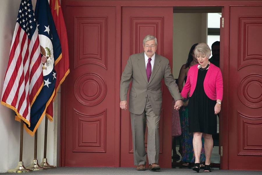 6月28日,美國駐華大使全家在北京跟媒體見面,他跟夫人伉儷情深,剛度過結婚45周年紀念日。(NICOLAS ASFOURI/AFP/Getty Images)