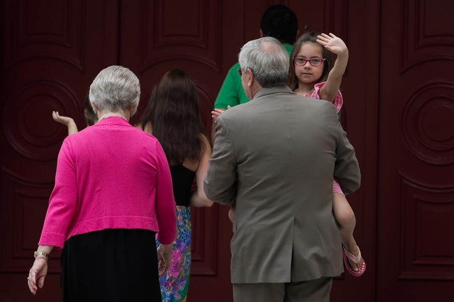 6月28日,美國駐華大使布蘭斯塔德全家在北京跟媒體見面,6歲的外孫女跟媒體打招呼。(NICOLAS ASFOURI/AFP/Getty Images)