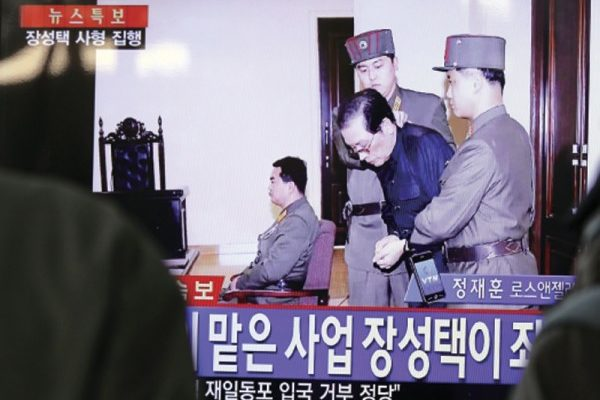 脫北高官李正浩日前回顧金正恩用高射炮和機槍處決高官的過程。圖為2013年12月9日,北韓公佈張成澤在勞動黨會議上被警衛當場拖離座位的現場畫面,12日,他即被處死。(AFP)