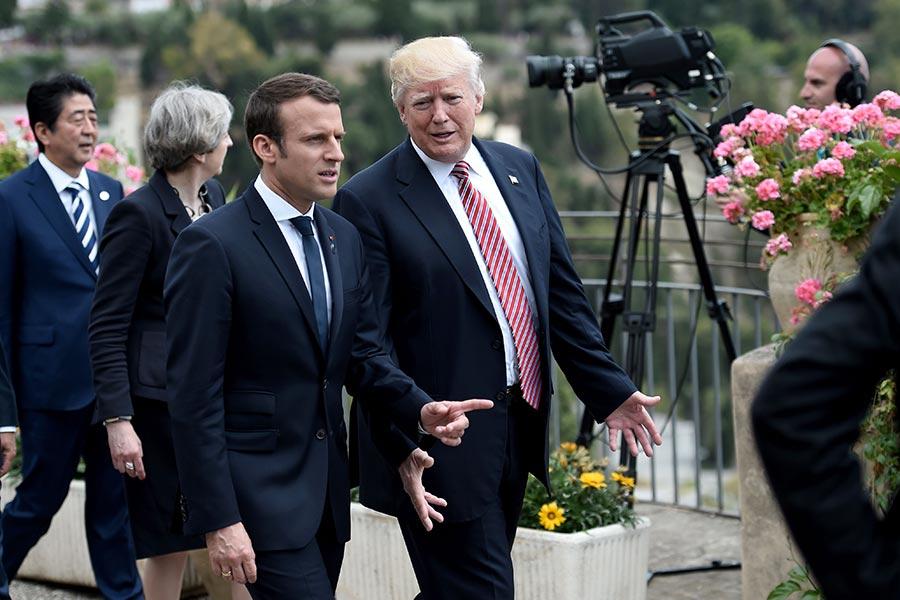 白宮高級官員周三(6月28日)表示,美國總統特朗普(Donald Trump)已接受法國總統馬克龍(Emmanuel Macron)的邀請,於7月14日法國國慶日期間,訪問巴黎。圖為今年5月,兩人在意大利G7峰會上交談。(STEPHANE DE SAKUTIN/AFP/Getty Images)