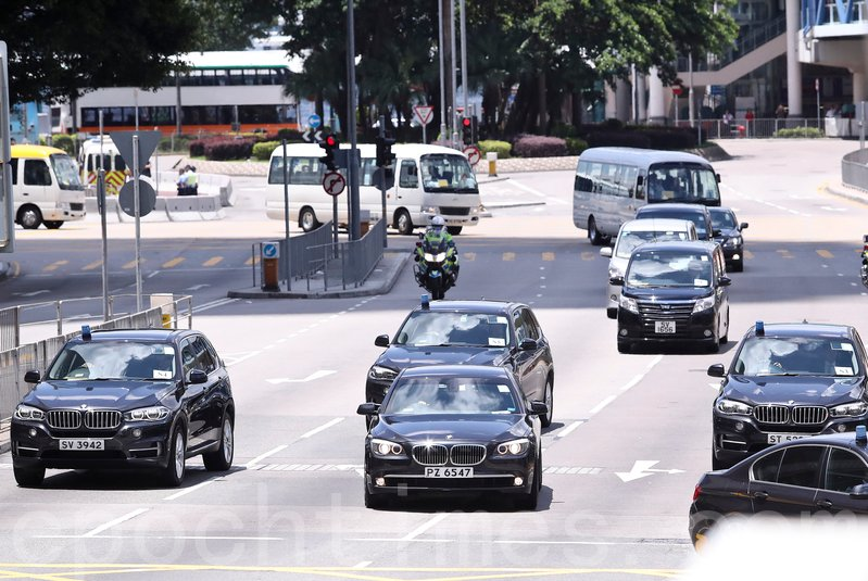 習近平車隊路徑中環核心區,中間車牌PZ 6547的寶馬房車為習近平座駕。(余鋼/大紀元)