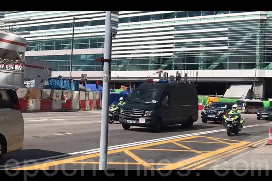 警方安排無線電干擾車(中)在習近平座駕前開路。(林怡/大紀元)