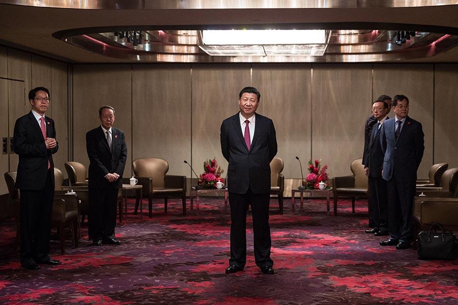 習近平在酒店內會見特首梁振英。(DALE DE LA REY/AFP/Getty Images)