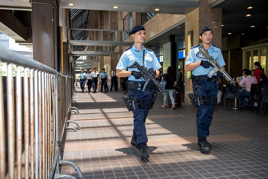 圖為警員手持自動步槍在灣仔會展附近巡邏。(JAYNE RUSSELL/AFP/Getty Images)