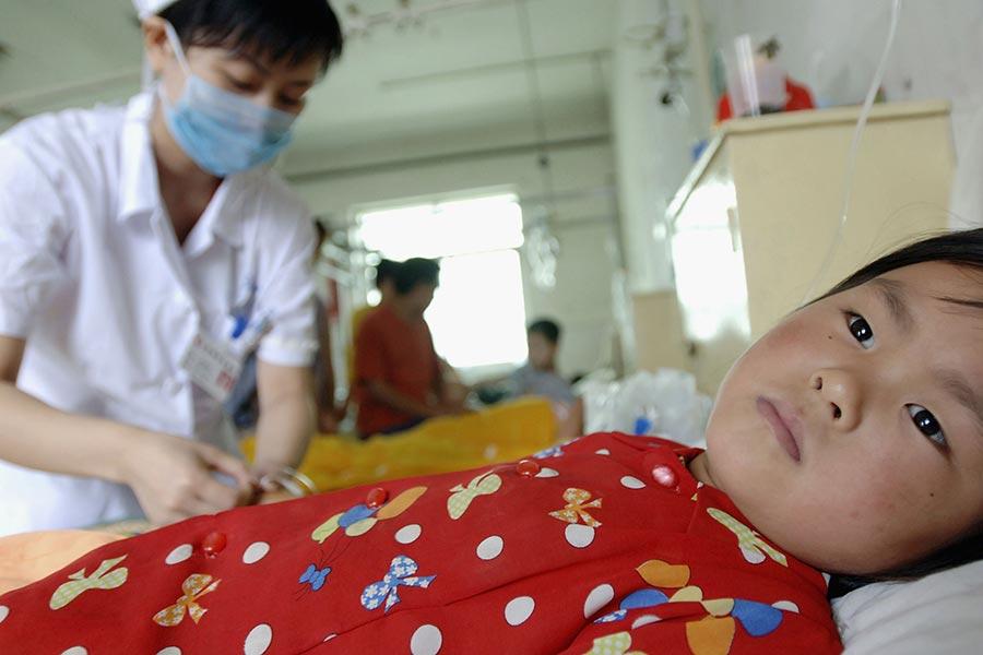 圖為2005年安徽泗縣毒疫苗事件中的其中一名受害小童在醫院接受治療。(China Photos/Getty Images)