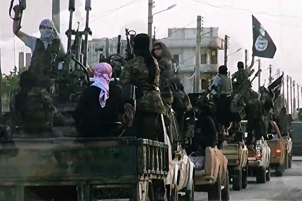 恐怖組織「伊斯蘭國」藉由「天堂護照」給其成員洗腦,以唆使他們執行自殺炸彈攻擊。圖為該組織成員。(AL-FURQAN MEDIA / AFP)