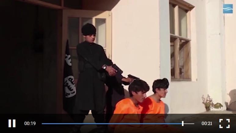 年僅8歲、被洗腦的IS娃娃兵(右邊第二個黑衣人)以手槍處決人犯。(視像擷圖)
