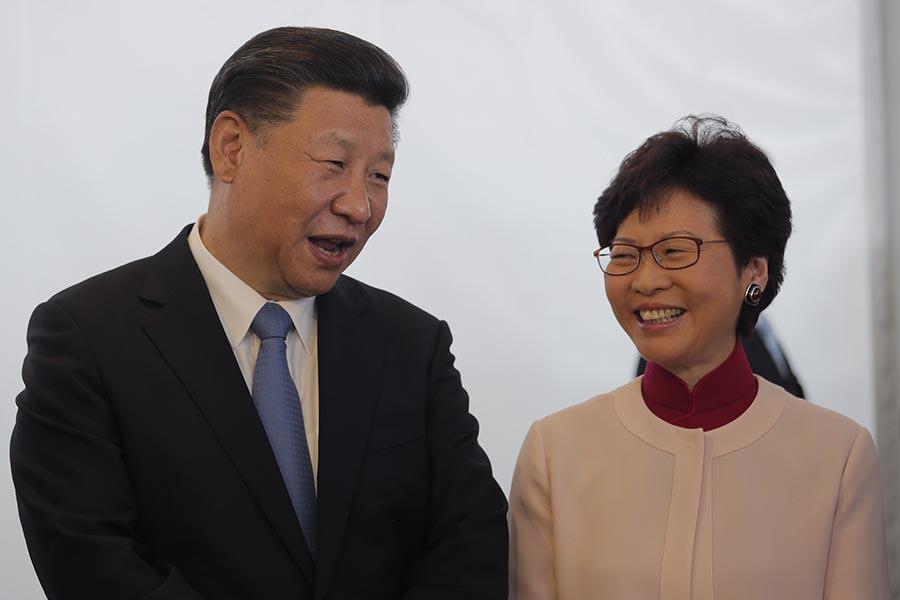 圖為今日(29日)下午習近平出席在西九文化區舉行的《興建香港故官文化博物館合成協議》簽署儀式上,與候任行政長官林鄭月娥有說有笑。(VINCENT YU/AFP/Getty Images)