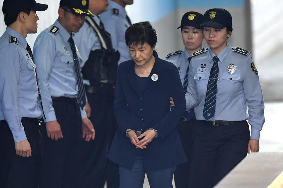 被彈劾下台的前總統朴槿惠在一審中被判處24年徒刑,並罰款180億韓元。(JUNG YEON-JE/AFP/Getty Images)