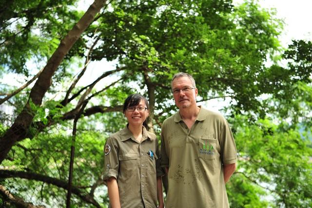 嘉道理農場暨植物園動物保育部主管艾加里博士(右)及保育主任虞嘉鎣(左)。(嘉道理農場暨植物園提供