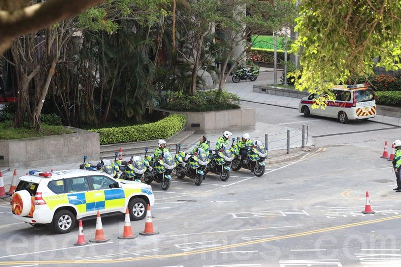 萬麗海景酒店門口停泊了大量警方的電單車。(李逸/大紀元)