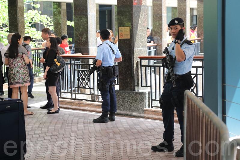 反恐特勤隊人員持槍在灣仔會展保安區內巡邏和站崗。(李逸/大紀元)