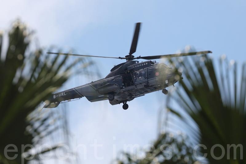 飛行服務隊派出直升機在上空盤旋監視。(李逸/大紀元)