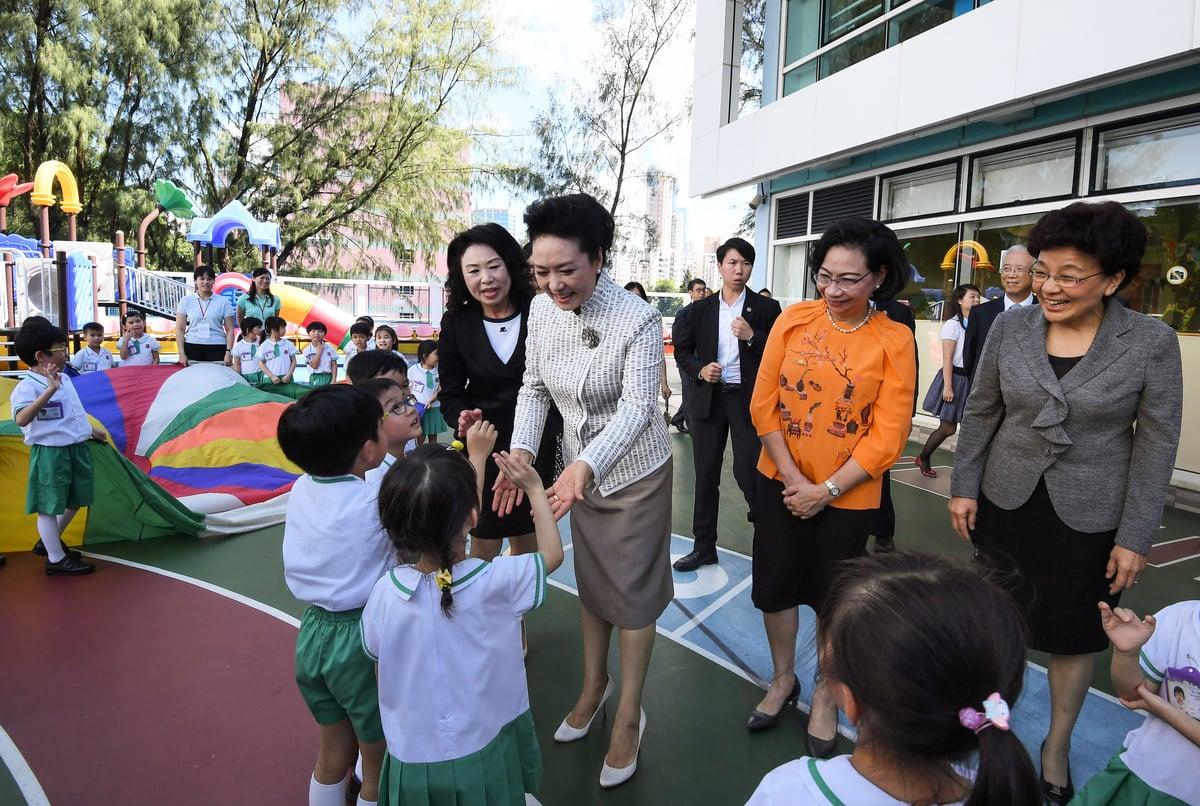 彭麗媛到九龍塘一間幼稚園參觀,與學生閒談。有學生表示,第一次看到彭麗媛很開心。(政府新聞處)