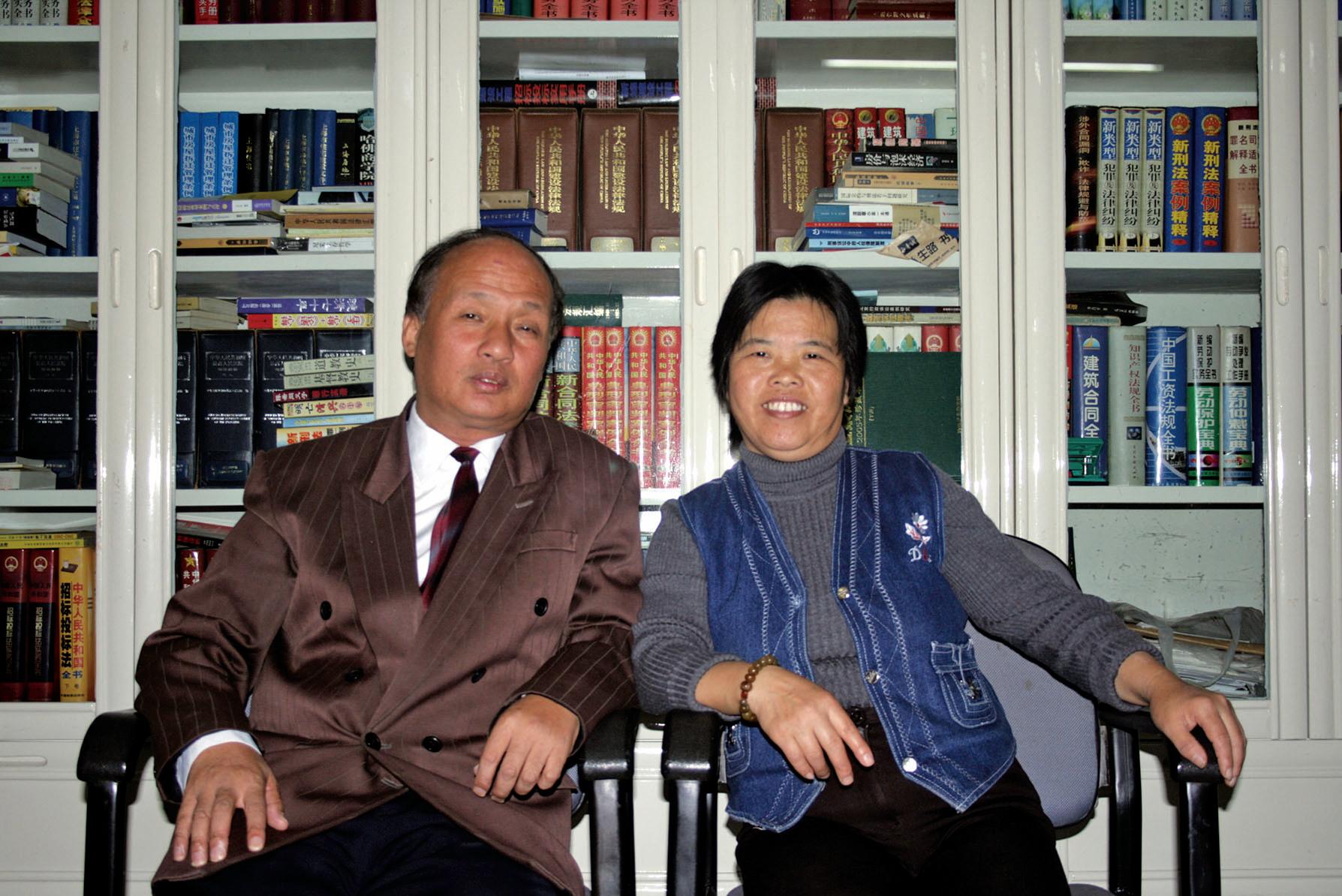 上海著名維權律師鄭恩寵(左)說,習近平反腐不把江澤民勢力搞掉,大家不服,中共內部也不服。右為鄭恩寵太太蔣美麗。(大紀元資料室)